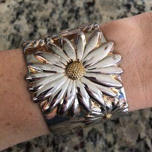 Jewelry - Silver daisy cuff 🤩